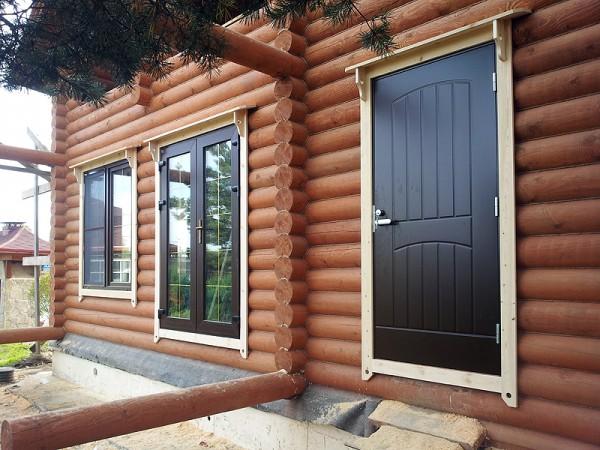 железная дверь в доме из бревна